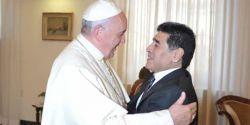 Vaticano diz que papa rezou por Maradona e relembrou encontros com o craque